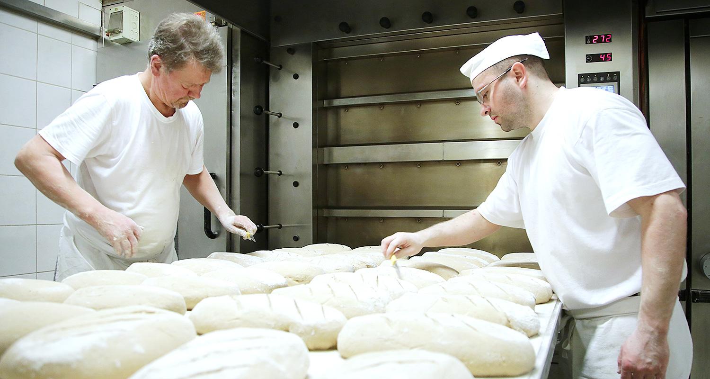 Mengis-Baeckerei-Konditorei-Brot-vorbereiten-schneiden-001