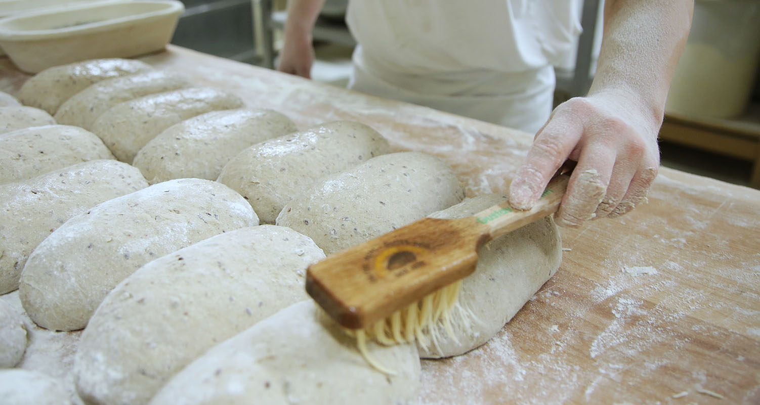 Mengis-Baeckerei-Konditorei-Brot-zubereiten-Bürste