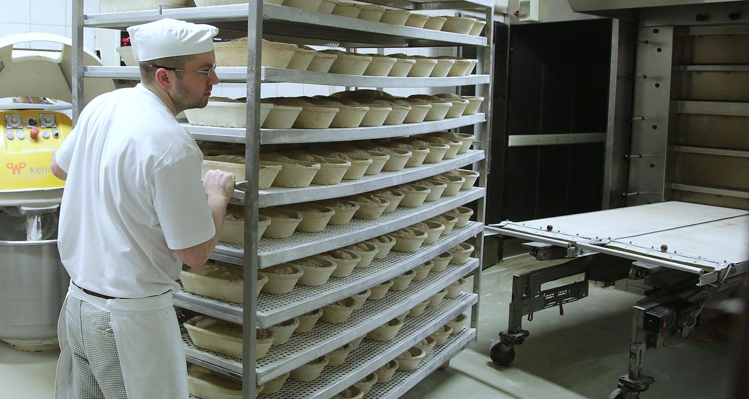 Mengis-Baeckerei-Konditorei-Brot-zubereiten-Ofen