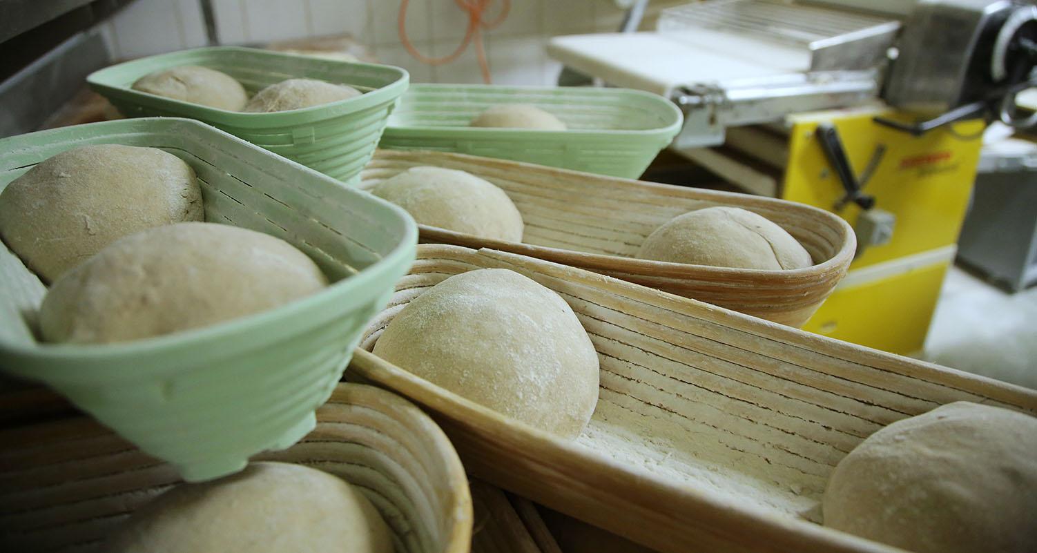 Mengis-Baeckerei-Konditorei-Brot-zubereiten-Teiglinge